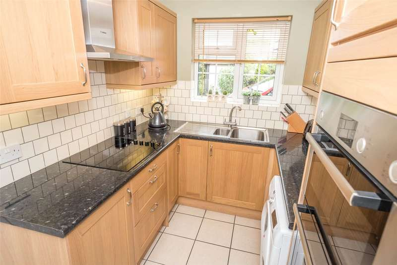 2 Bedrooms Flat for sale in Linden Court, Hollin Lane, Leeds, West Yorkshire, LS16