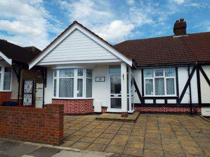 2 Bedrooms Bungalow for sale in Barkingside, Ilford, Essex