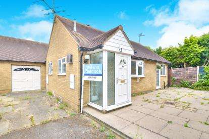2 Bedrooms Bungalow for sale in Knoll Close, Sherington, Newport Pagnell, Buckinghamshire