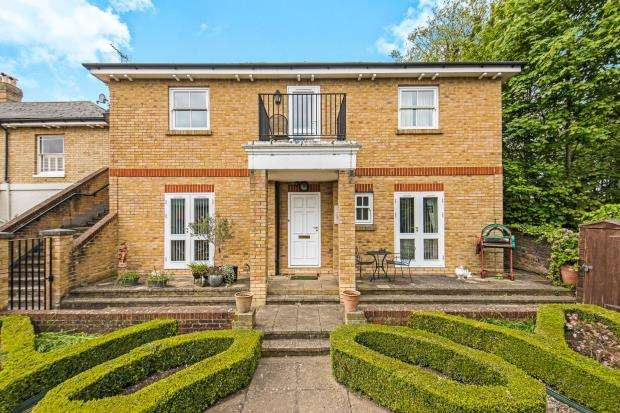 3 Bedrooms Flat for sale in The Mount, Guildford, Surrey