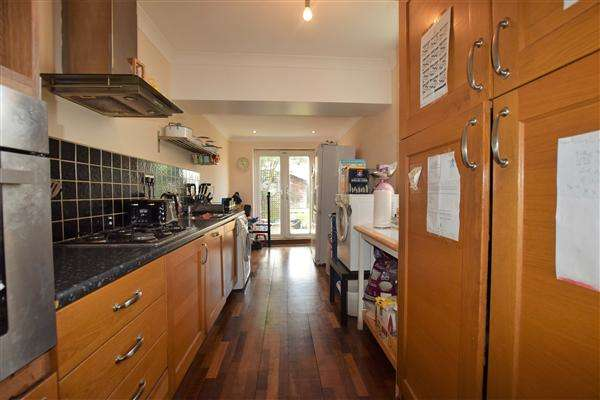 2 Bedrooms Terraced House for sale in Parker Road, Grays
