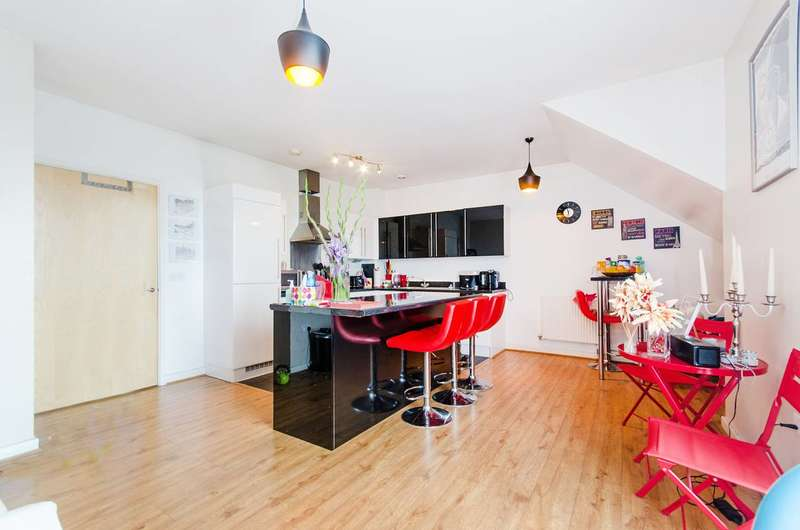 3 Bedrooms Flat for sale in Station Approach, Ruislip, HA4