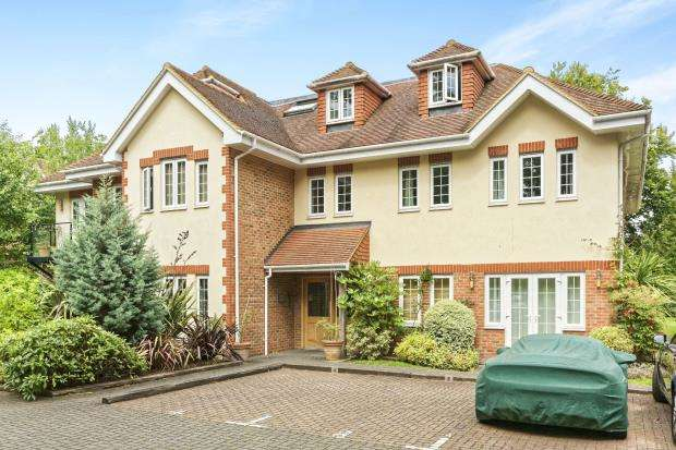 2 Bedrooms Flat for sale in Woodham, Surrey