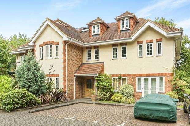 2 Bedrooms Flat for sale in Woodham, Surrey