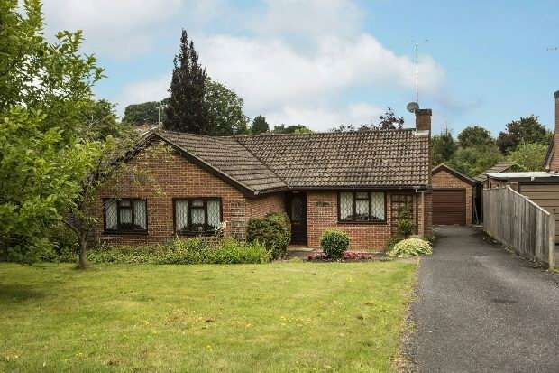 3 Bedrooms Detached Bungalow for sale in Fern Glen, Tilehurst, Reading,