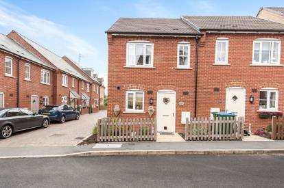 2 Bedrooms Semi Detached House for sale in Chaundler Drive, Aylesbury, Buckinghamshire, .