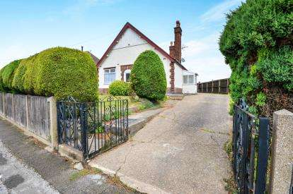 3 Bedrooms Bungalow for sale in Huthwaite Road, Sutton-In-Ashfield, Nottinghamshire, Notts