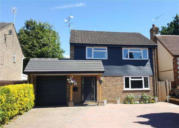 4 Bedrooms Detached House for sale in Gibbons Close, Sandhurst, Berkshire