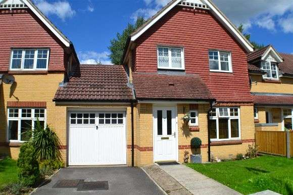 3 Bedrooms Semi Detached House for sale in Bond Close, Tadley
