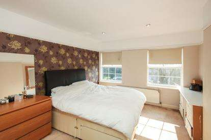 3 Bedrooms Flat for sale in High Street, Potters Bar, Hertfordshire