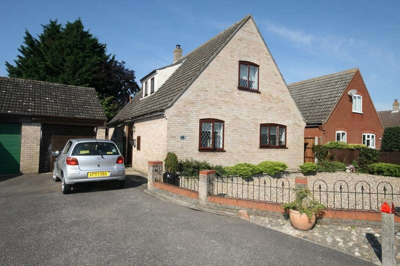 3 Bedrooms Detached House for sale in Edenside Drive, Attleborough