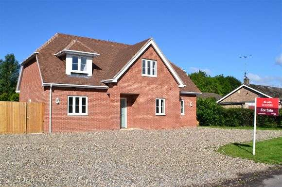 4 Bedrooms Detached House for sale in Newtown, Tadley
