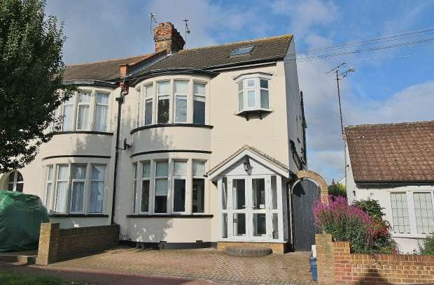 4 Bedrooms Semi Detached House for sale in Dundonald Drive, Leigh-on-Sea, SS9