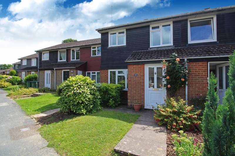 3 Bedrooms Semi Detached House for sale in Drake Close, Horsham