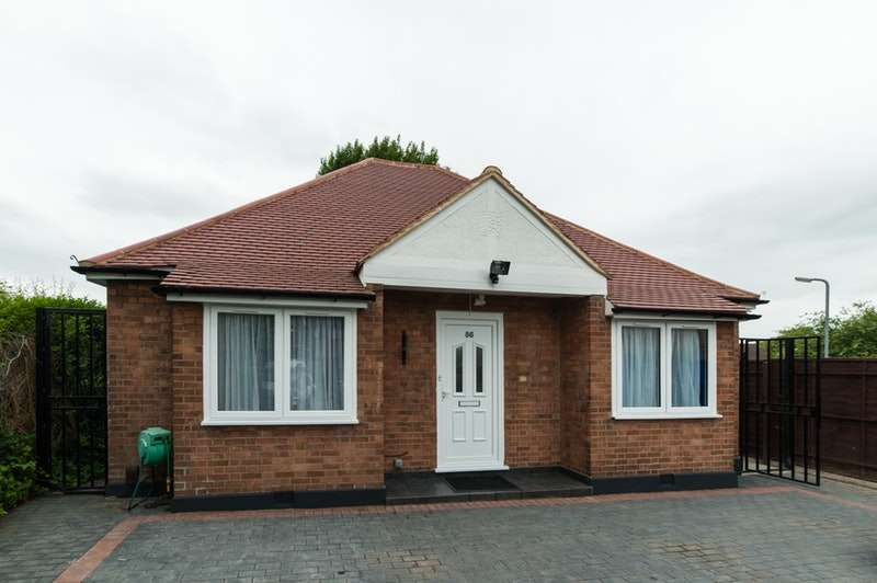 3 Bedrooms Bungalow for sale in Potter Street, Harlow, Essex, CM17