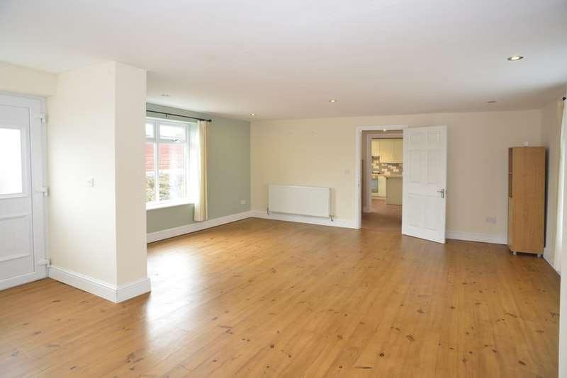 3 Bedrooms Detached House for sale in Phillips Lane, Pembroke Dock, Pembrokeshire, SA72