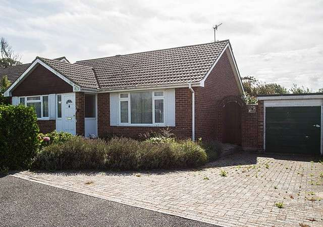 2 Bedrooms Detached Bungalow for sale in Elgin Gardens, BN25