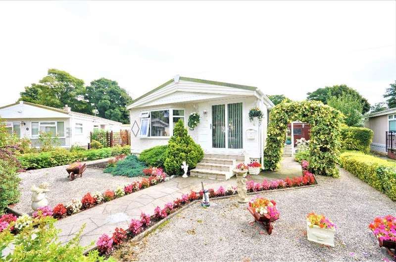 2 Bedrooms Park Home Mobile Home for sale in Woodgreen, Mowbreck Park, Wesham, Lancashire, PR4 3JS