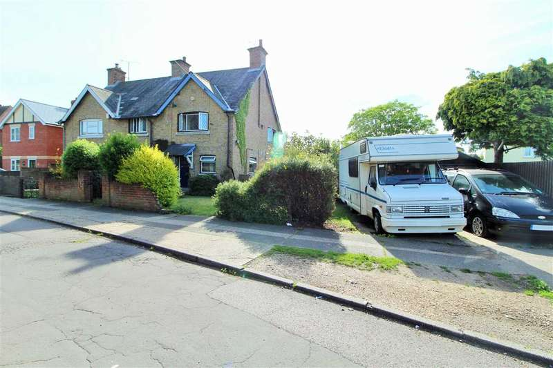 3 Bedrooms Semi Detached House for sale in Linden Close, Colchester