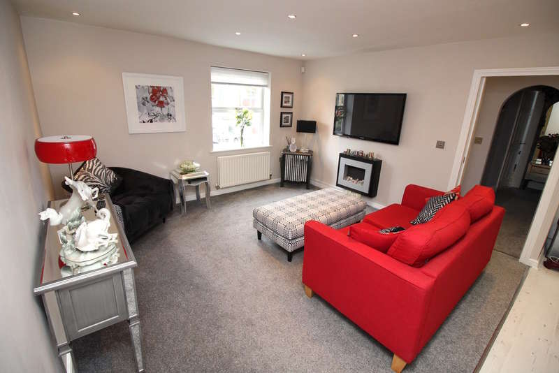 2 Bedrooms Flat for sale in Broom Mills Road, Farsley, Pudsey