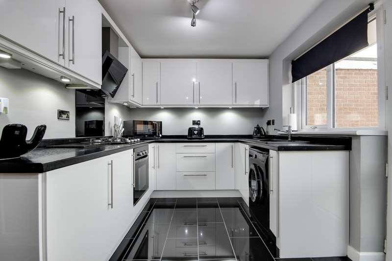 3 Bedrooms Semi Detached House for sale in Broadmead, Castleford, West Yorkshire, WF10
