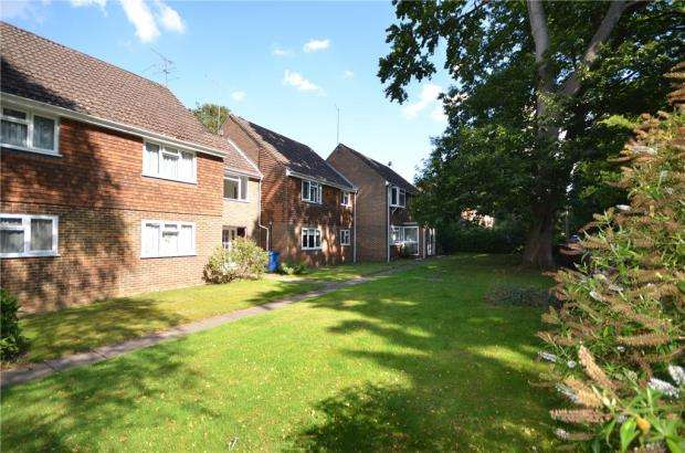 2 Bedrooms Maisonette Flat for sale in Waterloo Road, Crowthorne, Berkshire