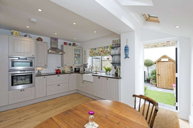 3 Bedrooms Flat for sale in Shelgate Road, Battersea, London