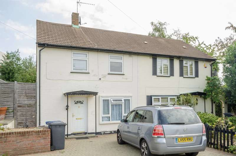 3 Bedrooms Semi Detached House for sale in Wellside Close, High Barnet, EN5