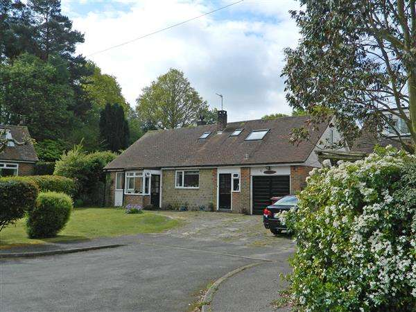 4 Bedrooms Detached House for sale in Pine Close, West Lavington, Midhurst, West Sussex, GU29