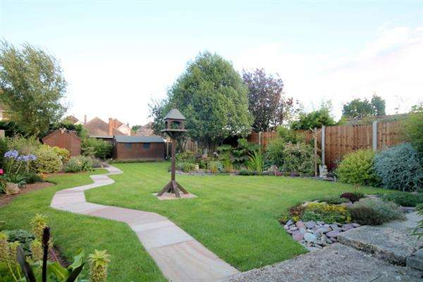 2 Bedrooms Bungalow for sale in Crown Road, Clacton on Sea