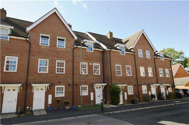 3 Bedrooms Terraced House for sale in Horley, RH6