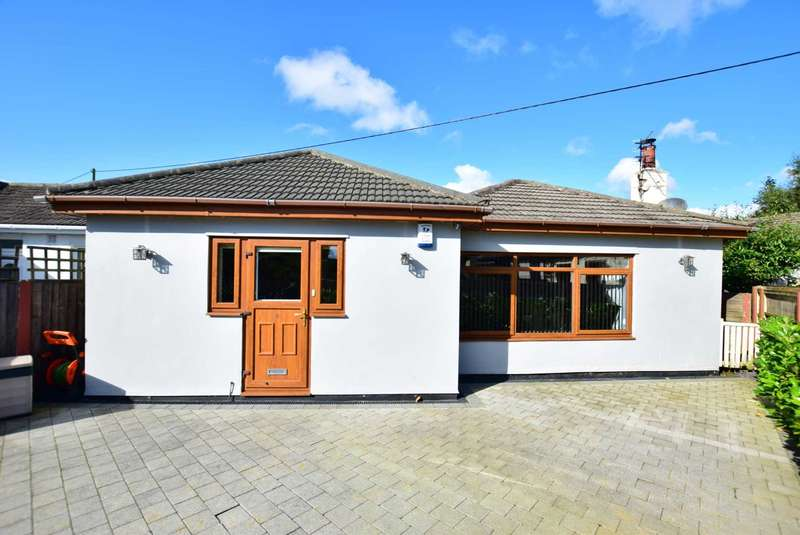 3 Bedrooms Semi Detached Bungalow for sale in The Crescent, Freckleton