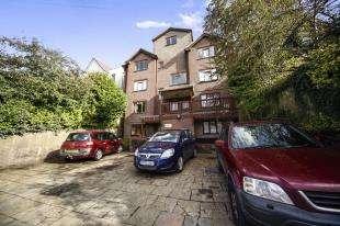 2 Bedrooms Flat for sale in Mulberry Court, 130 Croydon Road, Caterham, Surrey