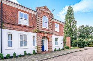 2 Bedrooms Maisonette Flat for sale in Sherwood House, Abinger Drive, Redhill, Surrey