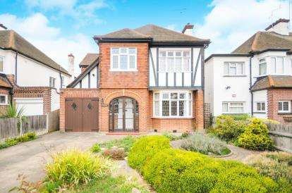 5 Bedrooms Detached House for sale in Burges Estate, Thorpe Bay, Essex