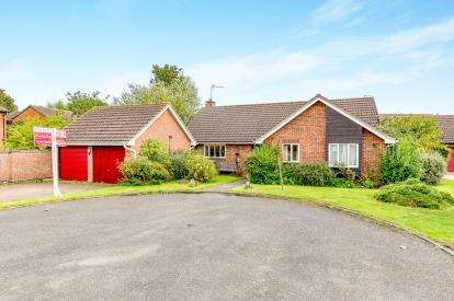 3 Bedrooms Bungalow for sale in Hazel Close, Brackley, Northamptonshire, Uk