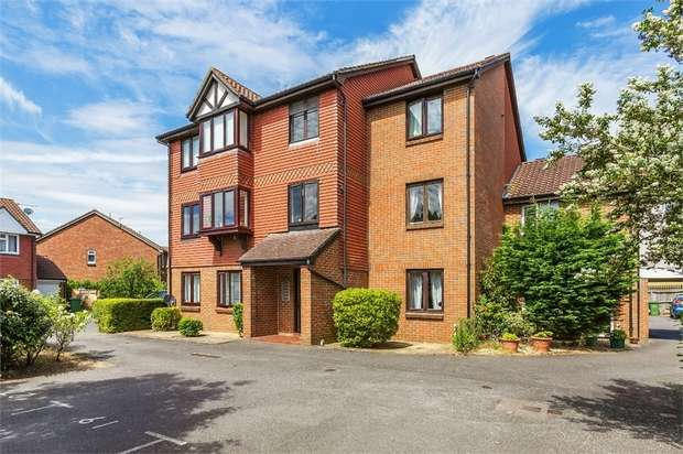 2 Bedrooms Flat for sale in Shaw Drive, WALTON-ON-THAMES, Surrey