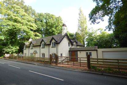 4 Bedrooms Detached House for sale in Warrington Road, Lymm, Cheshire