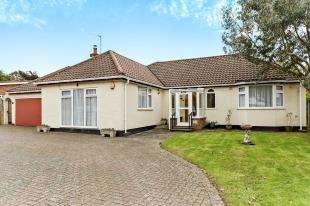 3 Bedrooms Bungalow for sale in Rectory Park, Sanderstead, South Croydon, .
