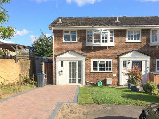 3 Bedrooms Semi Detached House for sale in Leas Close, Chessington