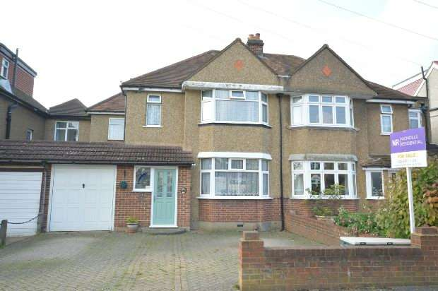 4 Bedrooms Semi Detached House for sale in Vallis Way, Chessington