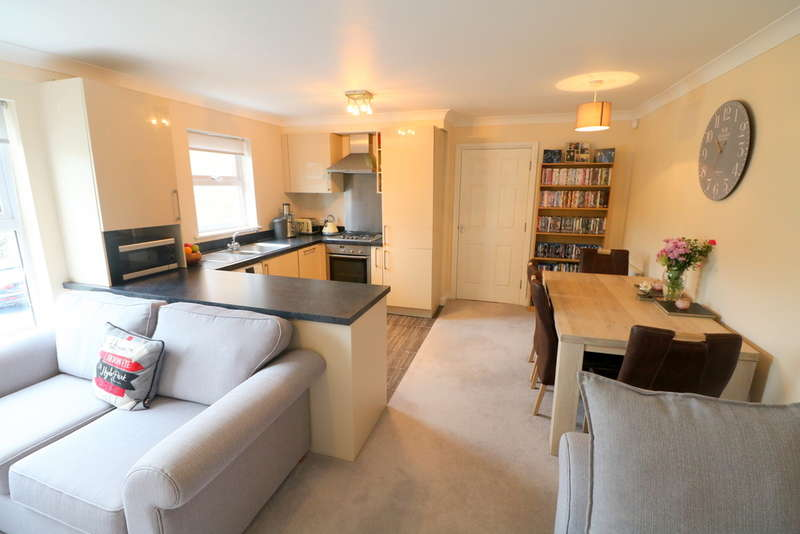 2 Bedrooms Flat for sale in Falconet Court, Ravenscroft Road