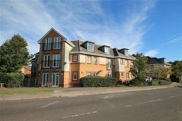 2 Bedrooms Flat for sale in Doulton Gardens, Poole