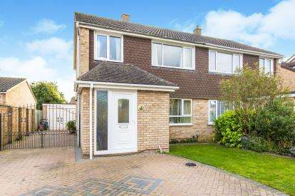 3 Bedrooms Semi Detached House for sale in Gordon Road, Little Paxton, St. Neots, Cambridgeshire