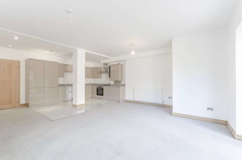 3 Bedrooms Flat for sale in Lyne Crescent, Walthamstow, E17