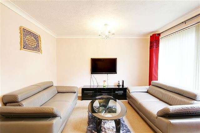 2 Bedrooms Flat for sale in West Green, Crawley