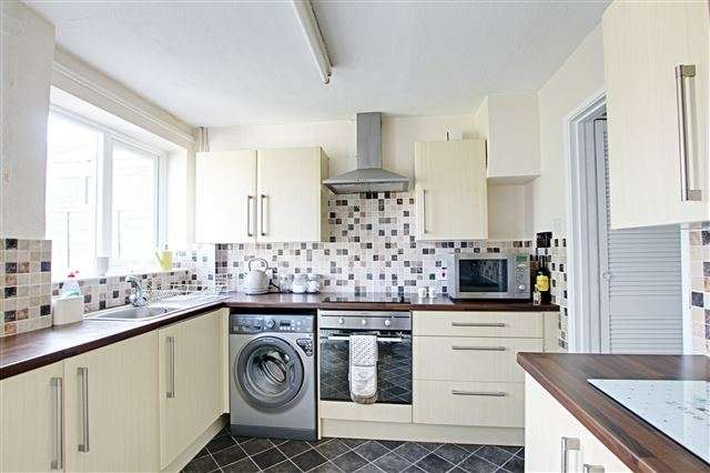 3 Bedrooms Terraced House for sale in Tilgate Way, Tilgate, Crawley