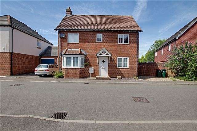 3 Bedrooms Detached House for sale in Lucas Close, Maidenbower, Crawley