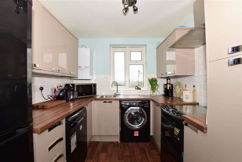 2 Bedrooms Apartment Flat for sale in Longwood Gardens, Ilford, Essex