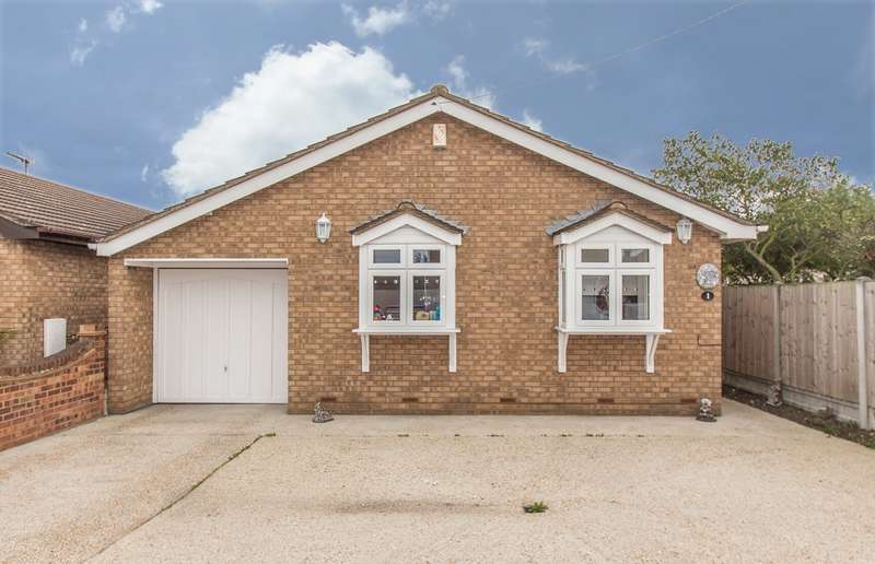 3 Bedrooms Detached Bungalow for sale in Miramar Avenue, Canvey Island, SS8